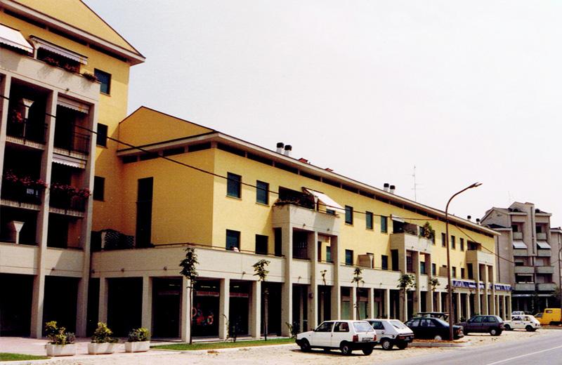 Architettura edifici residenziali for Piani di costruzione del negozio con alloggi